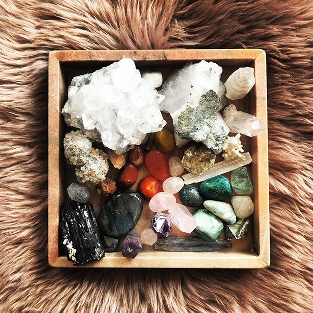 Unpacked these babies over the weekend then set up some grids through our home, crystals hidden in corners ..... a mix of rose quartz, sunstone and howlite. High vibe householding ✨💎✨💎✨💎✨ (Thanks @__wolfsister for the added love 😘)
