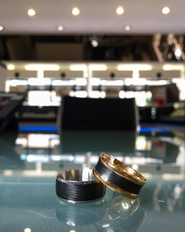 Furrer Jacot providing some beautiful Carbon fiber & Kevlar rings 🔥😍 • • • •  #furrerjacot #swissmade #swiss #engineering #weddingring #rings #gold #carbonfiber #kevlar #fashion #trend #love #wedding #bride #groom #star #jewellery #jewellers #diamond #shesaidyes #weddingmagazine #weddingplanning