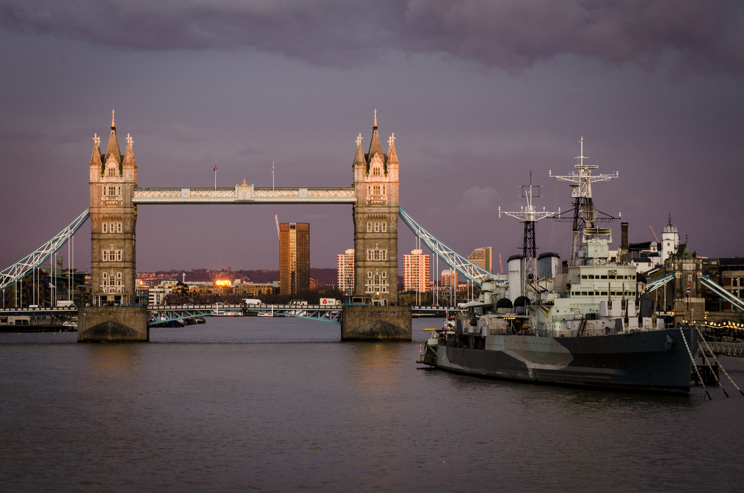 From London Bridge  Photography: Alexander J.E. Bradley - Nikon D7000 - AF NIKKOR 80-200mm f/2.8 D ED @ 86mm - f/16 - 1/8 - ISO:100