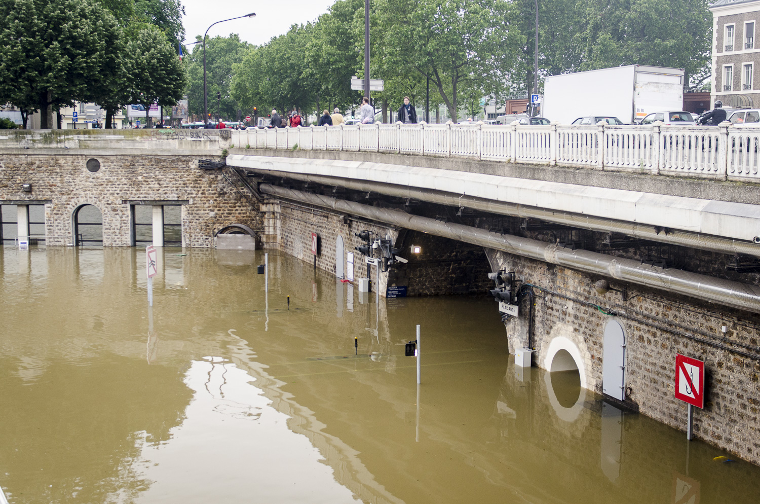 The bassin de l'Arsenal near Bastille wasn't spared either. The Morland Lock was completely submerged, only the pedestrian crossing lights remained above water. Needless to say, all boat traffic on the Canal and Seine were cancelled.   Photo : Alexander J.E. Bradley