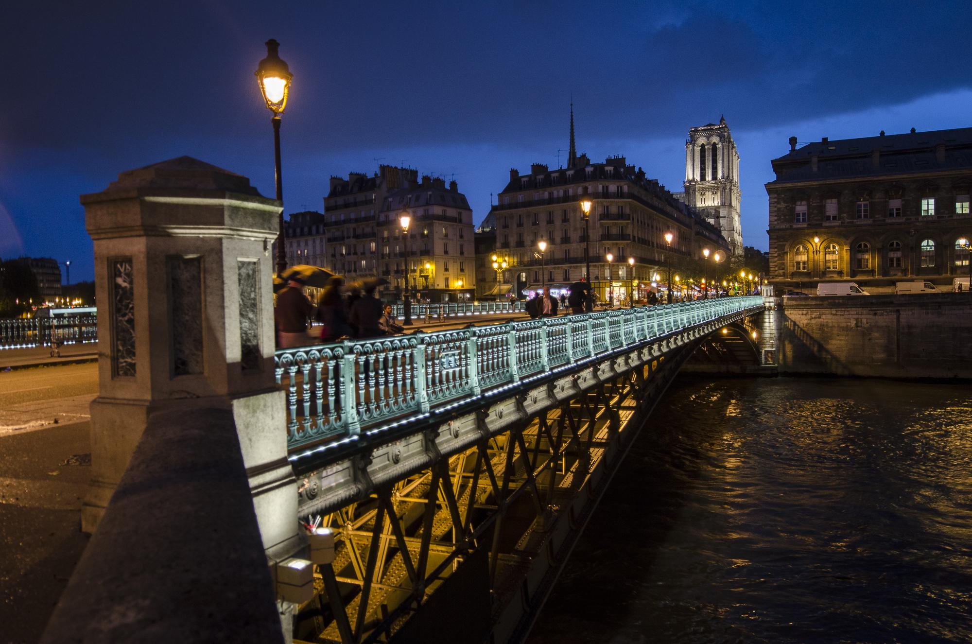 Pont d'Arcole  PHOTOGRAPHY : ALEXANDER J.E. BRADLEY •Nikon D7000 • AF-S NIKKOR 14-24mm F/2.8G ED • 18mM • F/2.8 • 1/15 •ISO 200