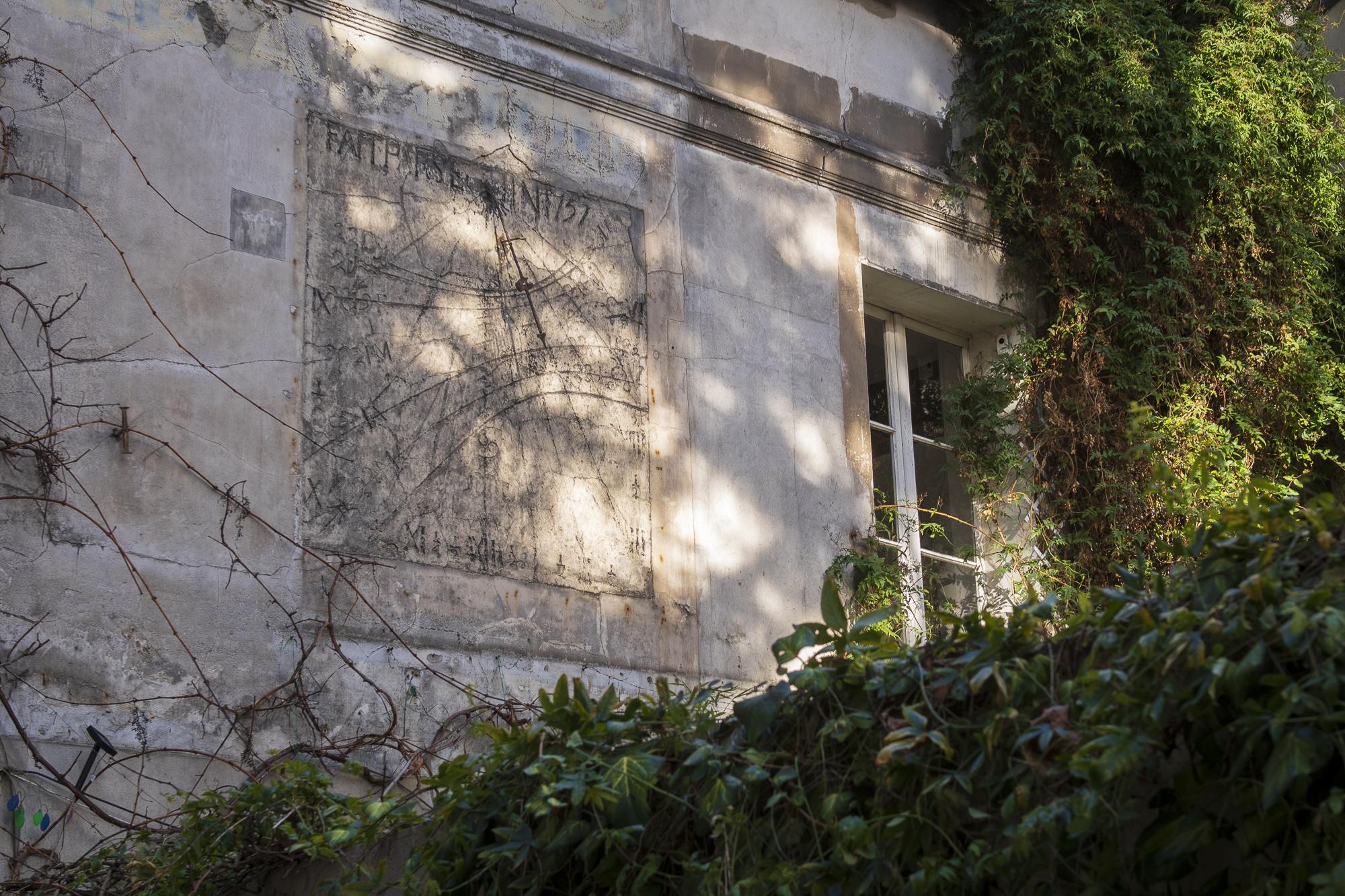 18th Century Sundial - Cour de l'Étoile d'Or  PHOTOGRAPHY: ALEXANDER J.E. BRADLEY • NIKON D500 • AF-S NIKKOR 24-70mm ƒ/2.8G ED @ 40MM • Ƒ/5.6 • 1/125 • ISO 200