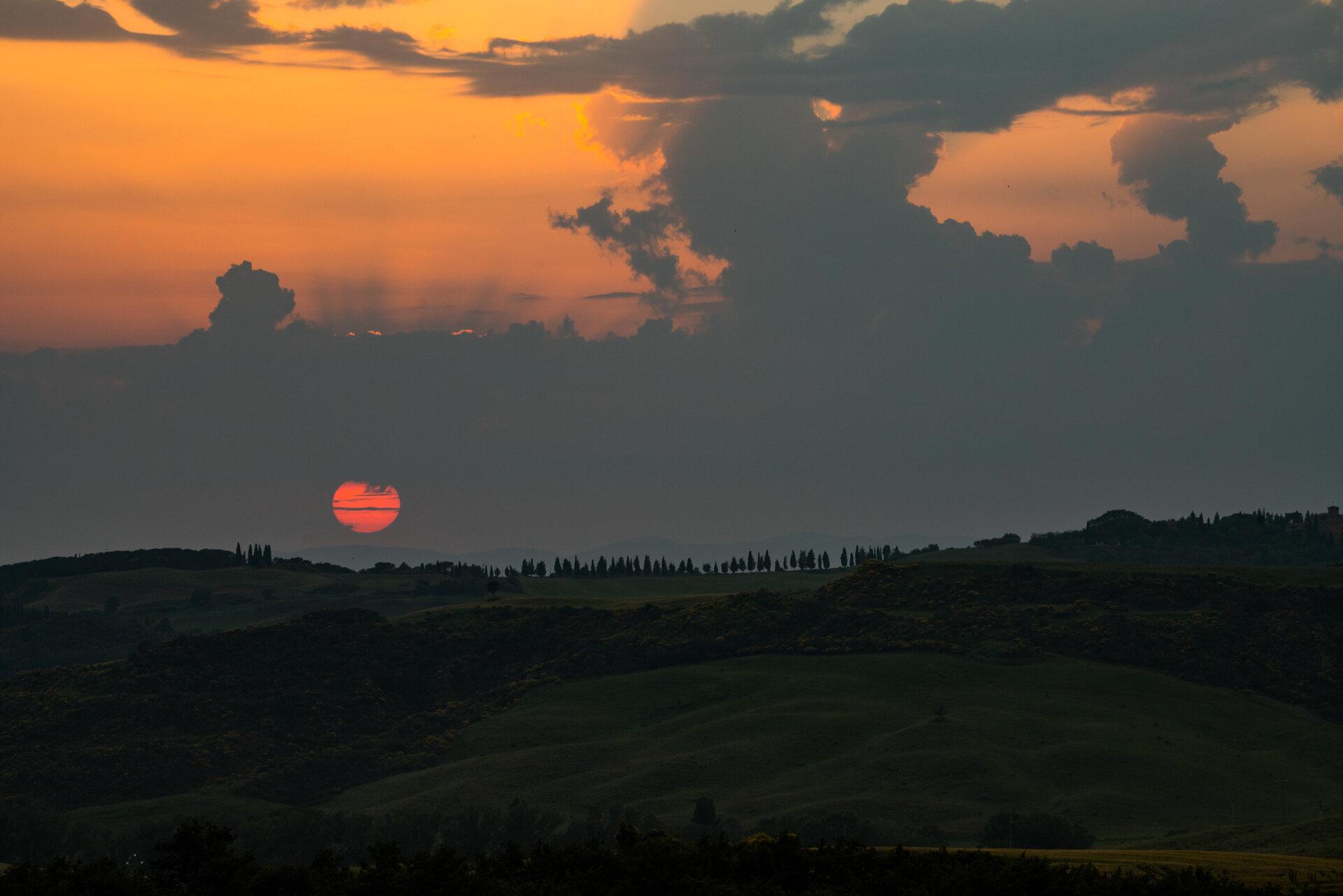Sunrise at Podere Belvedere Valley  PHOTOGRAPHY: MIRKO FIN • Sony Alpha 7R MkIII • SONY FE 70-200mm Ƒ/4 G OSS @ 200MM • Ƒ/11 • 1/125 sec • ISO 400