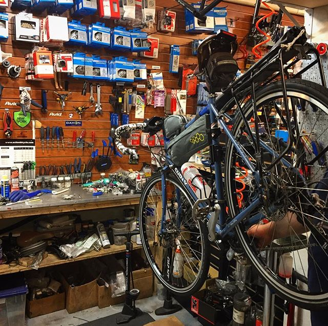 Quick trip to the bike bike shop before setting off today #nytosf . . . . . #coasttocoast #newyorktosanfrancisco #biketripping #bikelife #biketouring #cycletouring #cyclotouring #cycletheworld #adventure #travel #adventuretravel #wanderlust #vagabandits #explore