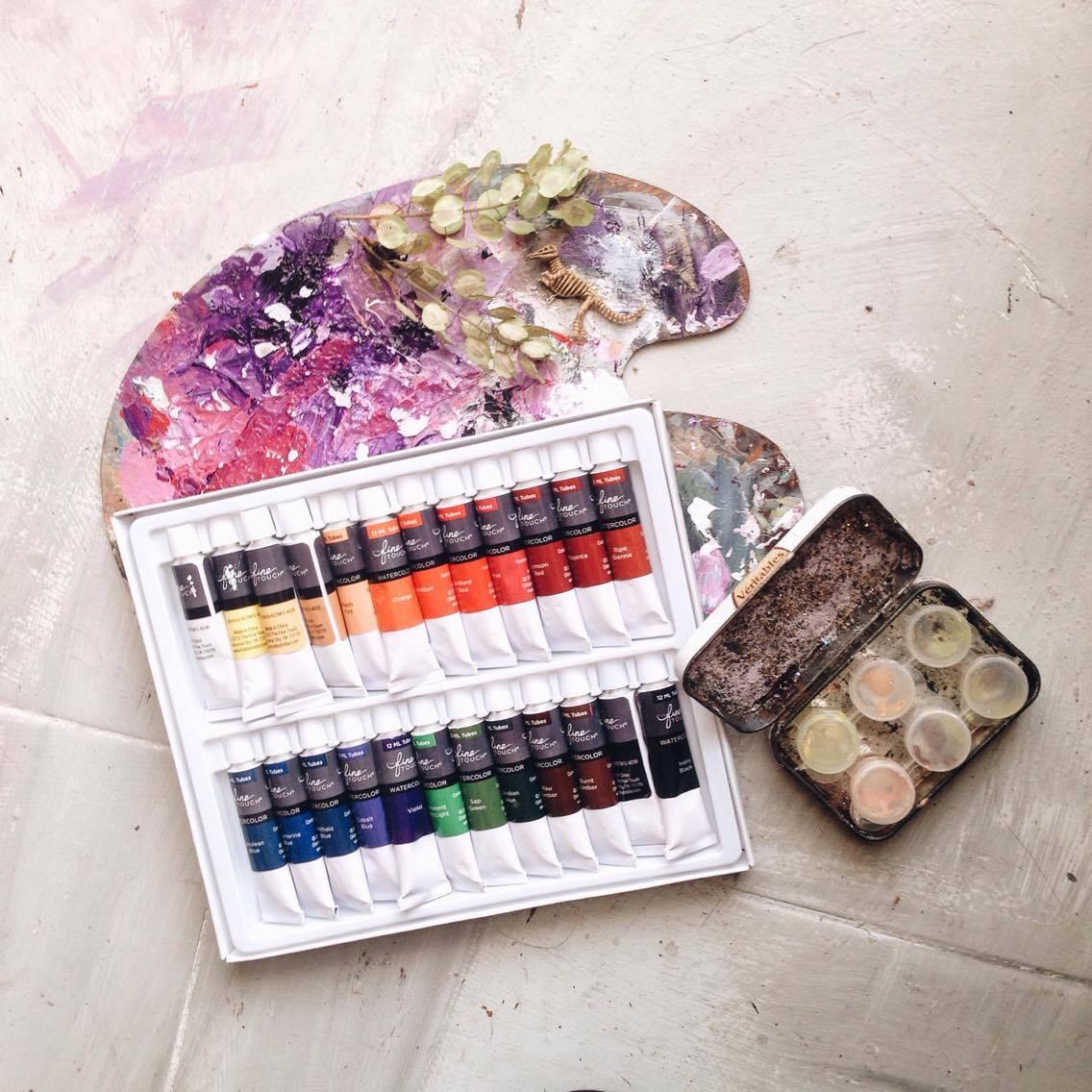 Actualmente pinto con Master's Touch,Fine Touch, Marie's y Winsor&Newton. (La cajita del lado, lo hice para guardar algunos colores y viajar pintando  ✿ )