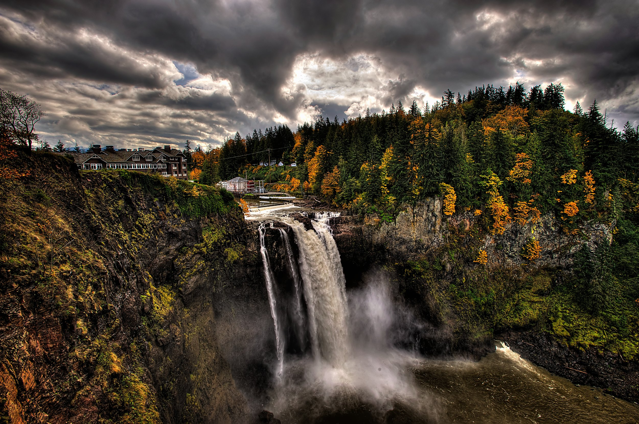 Snoqualmie Falls, as seen in   Twin Peaks ' opening credits  (Image:  Wikimedia Commons )