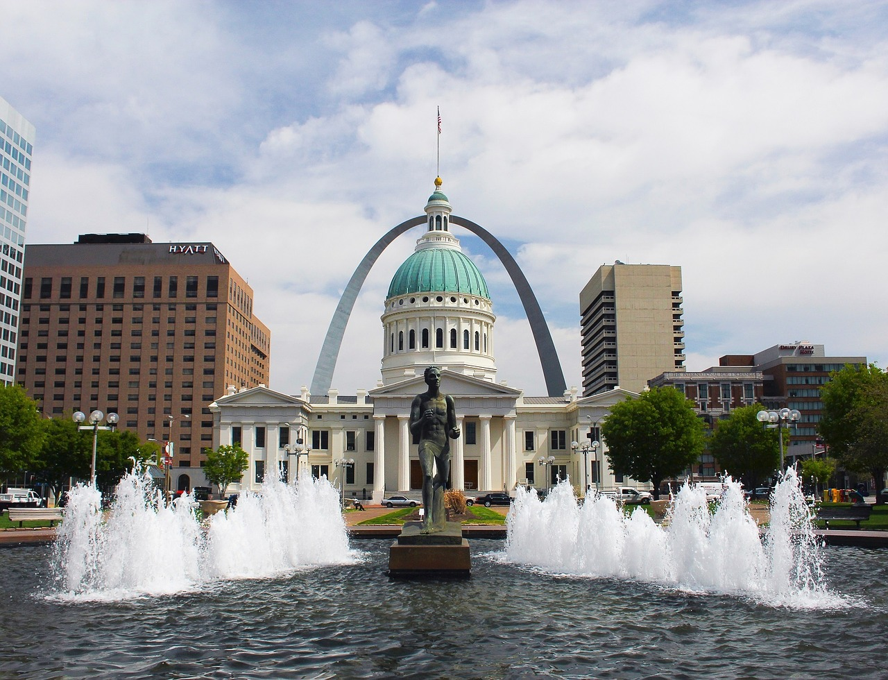 Kiener Plaza, featuring the famous Gateway Arch in the background (Image:  Pixabay )