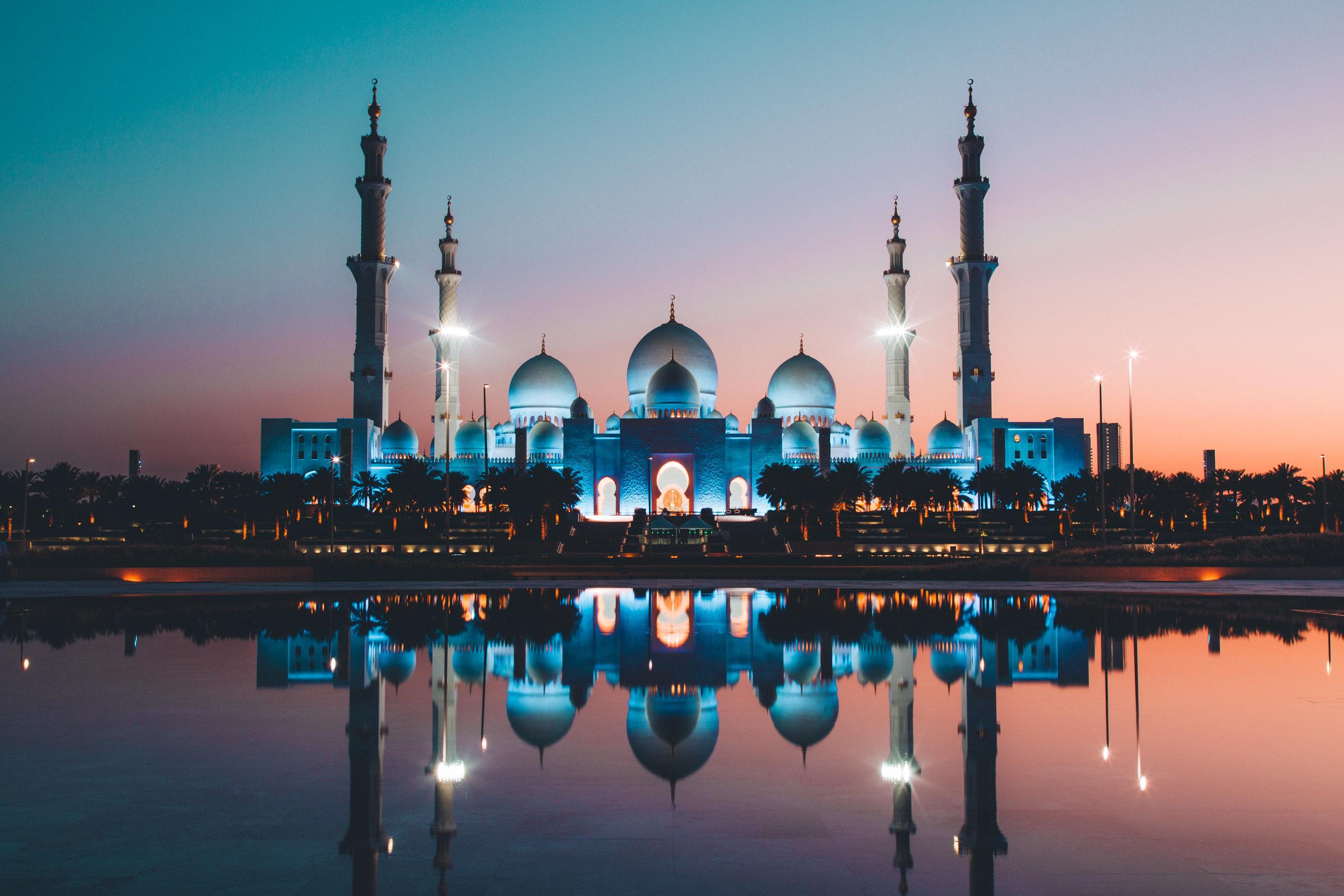 The Sheikh Zayed Grand Mosque in Abu Dhabi (Photo: David Rodrigo,  Unsplash )