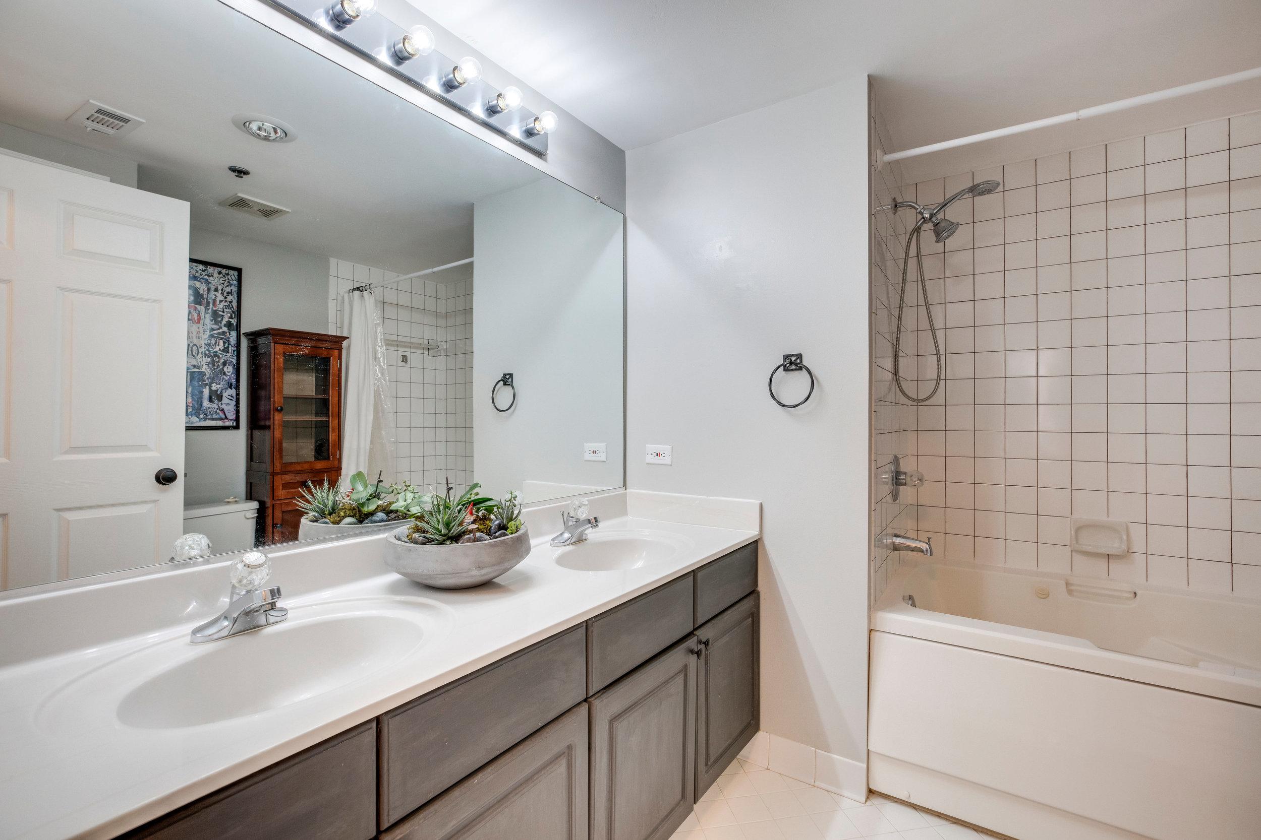 1050 N Taylor St 608 Arlington-print-040-32-Bathroom-4200x2800-300dpi.jpg