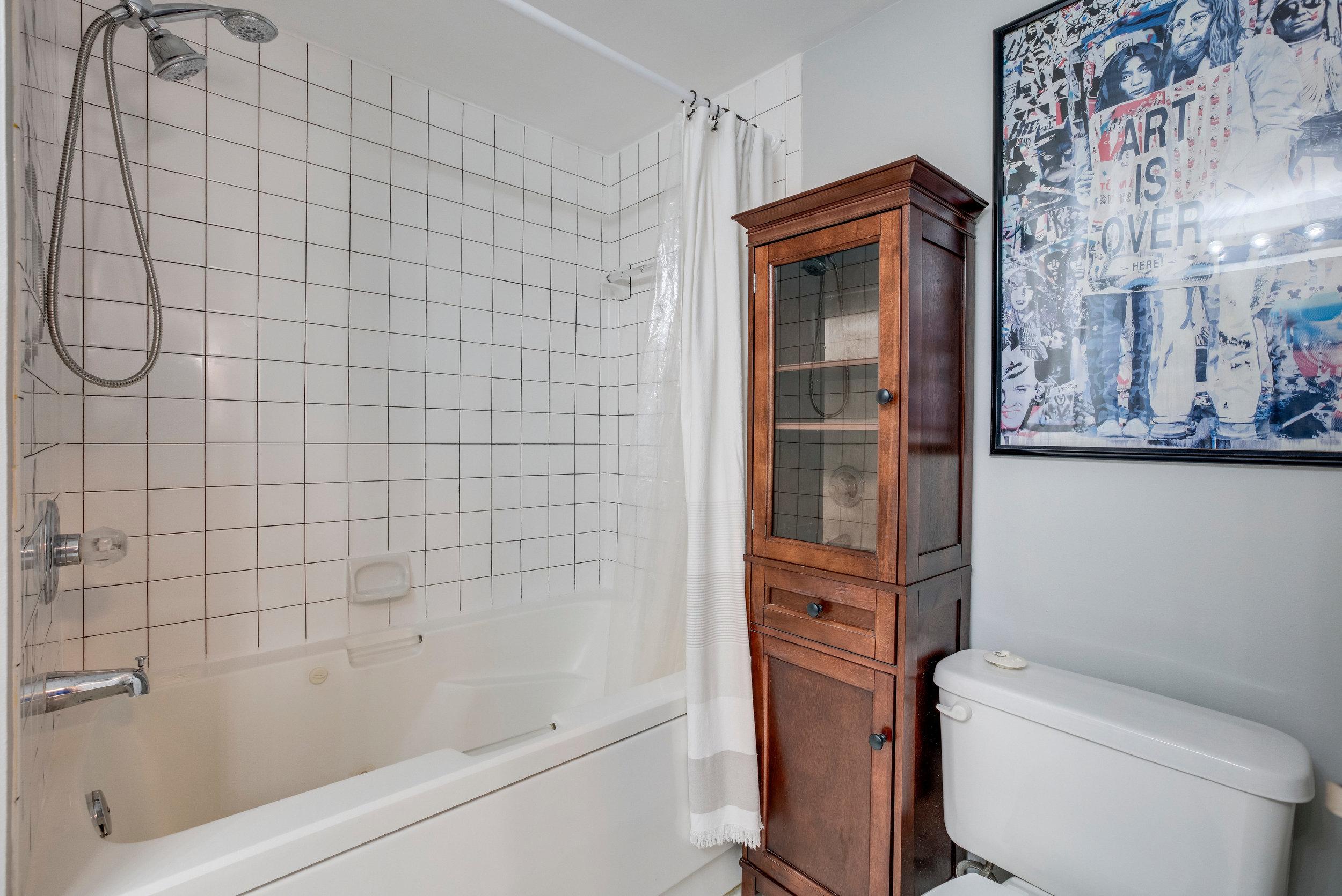 1050 N Taylor St 608 Arlington-print-041-17-Bathroom-4200x2807-300dpi.jpg