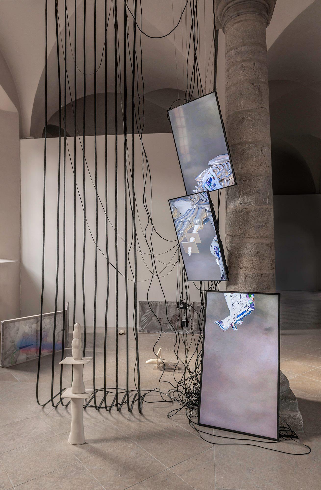 Dominique Sirois & Baron Lanteigne  In Extremis 2019 Instalación. Pantallas, cerámica (arenisca), telas de poliéster impresas, cables, ductos y reproductores multimedia.