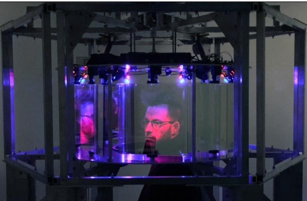 Projet EVA (Etienne Grenier y Simon Laroche)   El objeto de internet  2017  Instalación cinética: estructura de aluminio, paneles acrílicos, computadora, motores, microcontroladores y componentes electrónicos, LED, sistema de sonido, letras de vinilo para cotización, banco