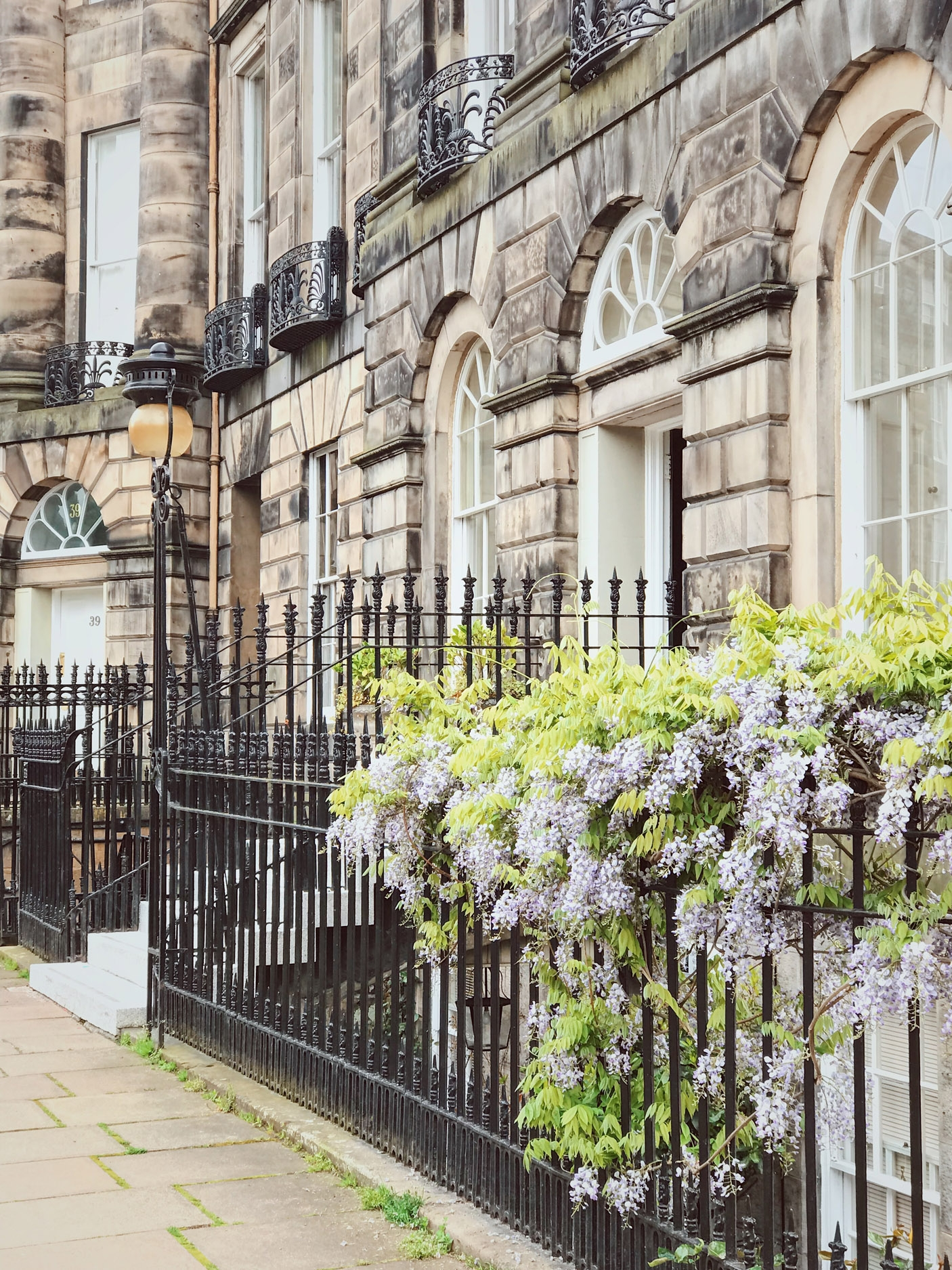 Elegant streets and spring flowers in Edinburgh's New TOwn