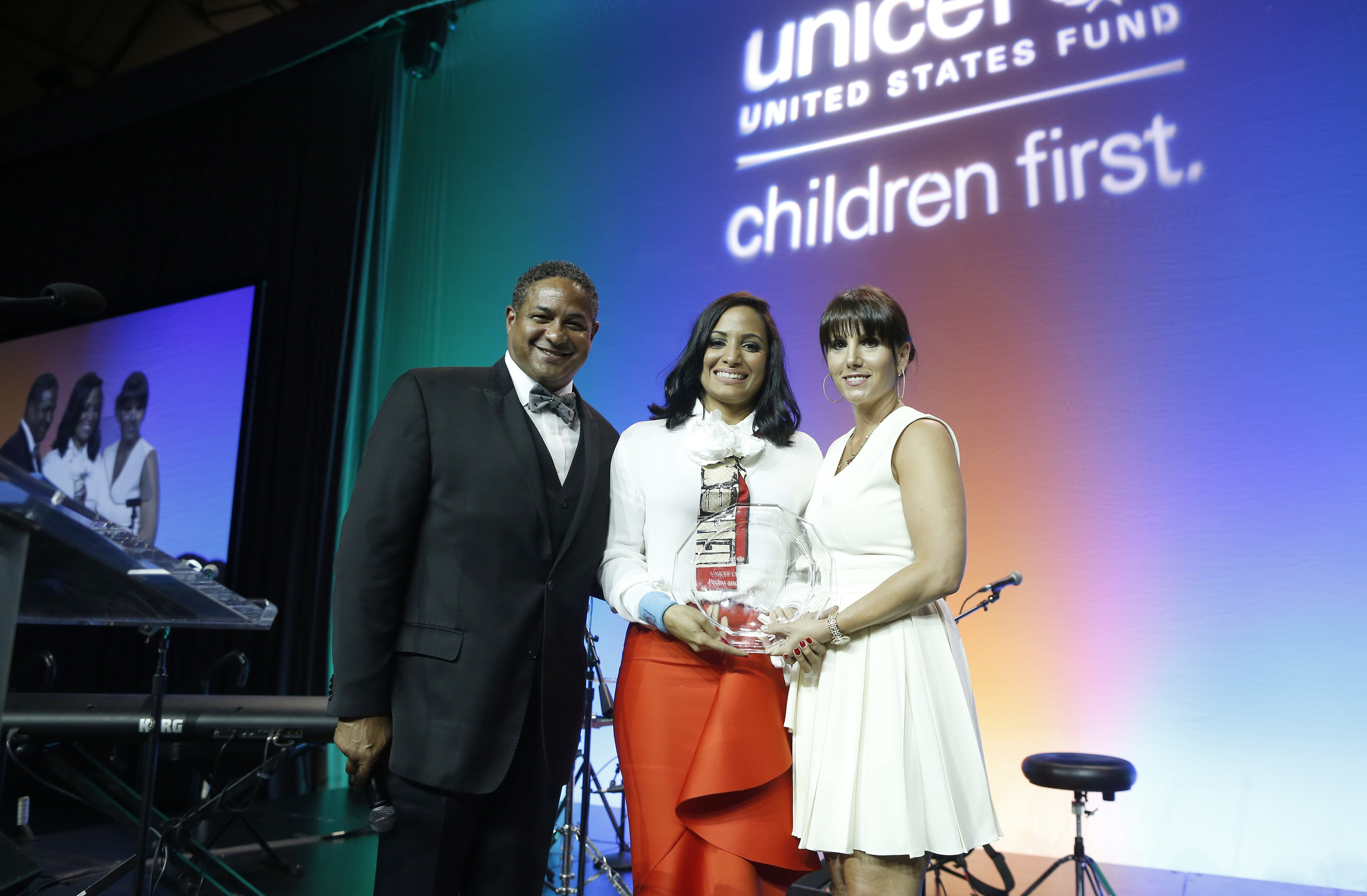 Roberto Clemente, Jr. and Tiffany Ortiz present Carolina Martinez with the 2016 Children's Champion Award.  ©Scott Eisen/Getty Images for UNICEF