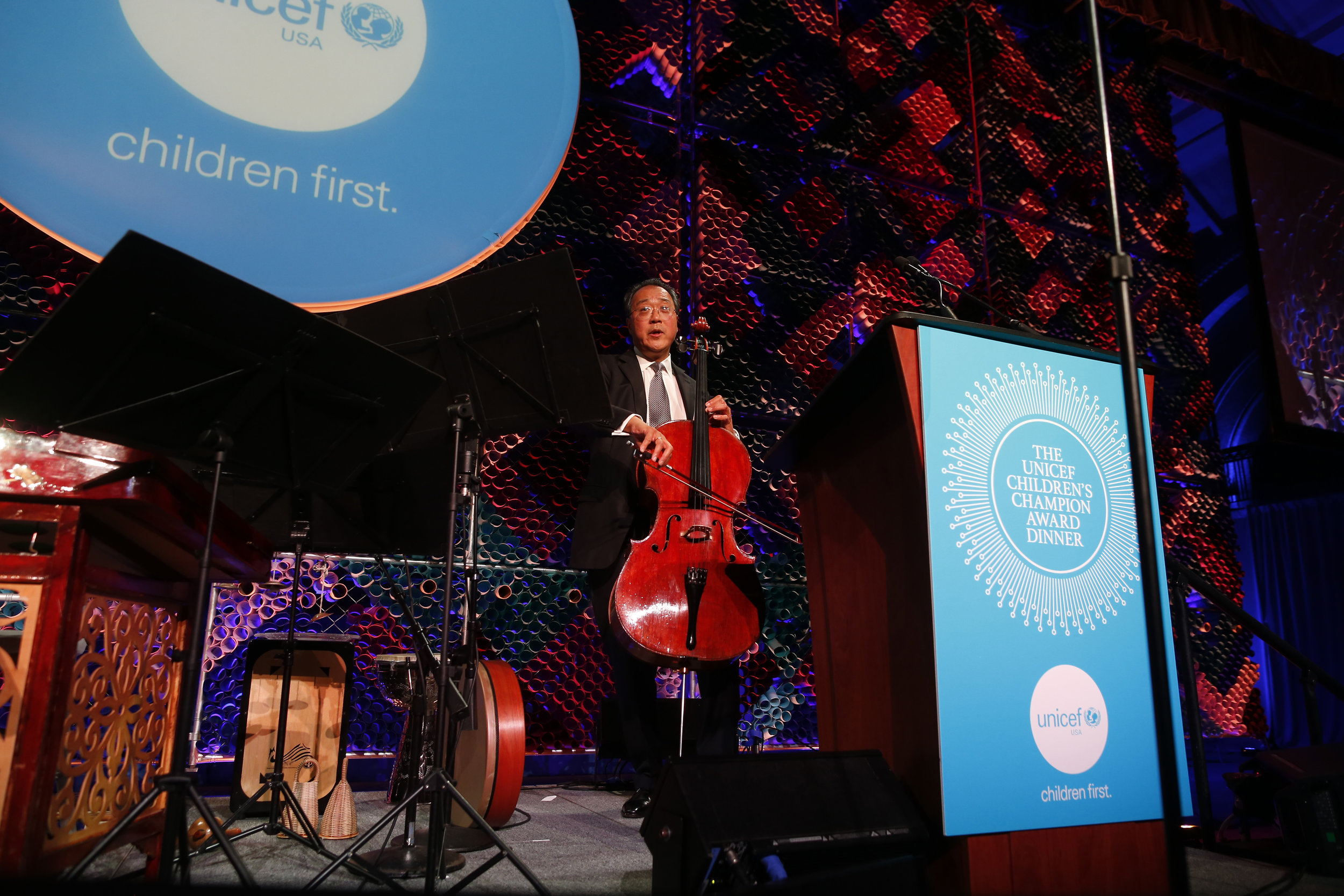 Yo-Yo Ma leads the audience in song while accepting the 2017 UNICEF Children's Champion Award.  © Scott Eisen/Getty Images for UNICEF USA