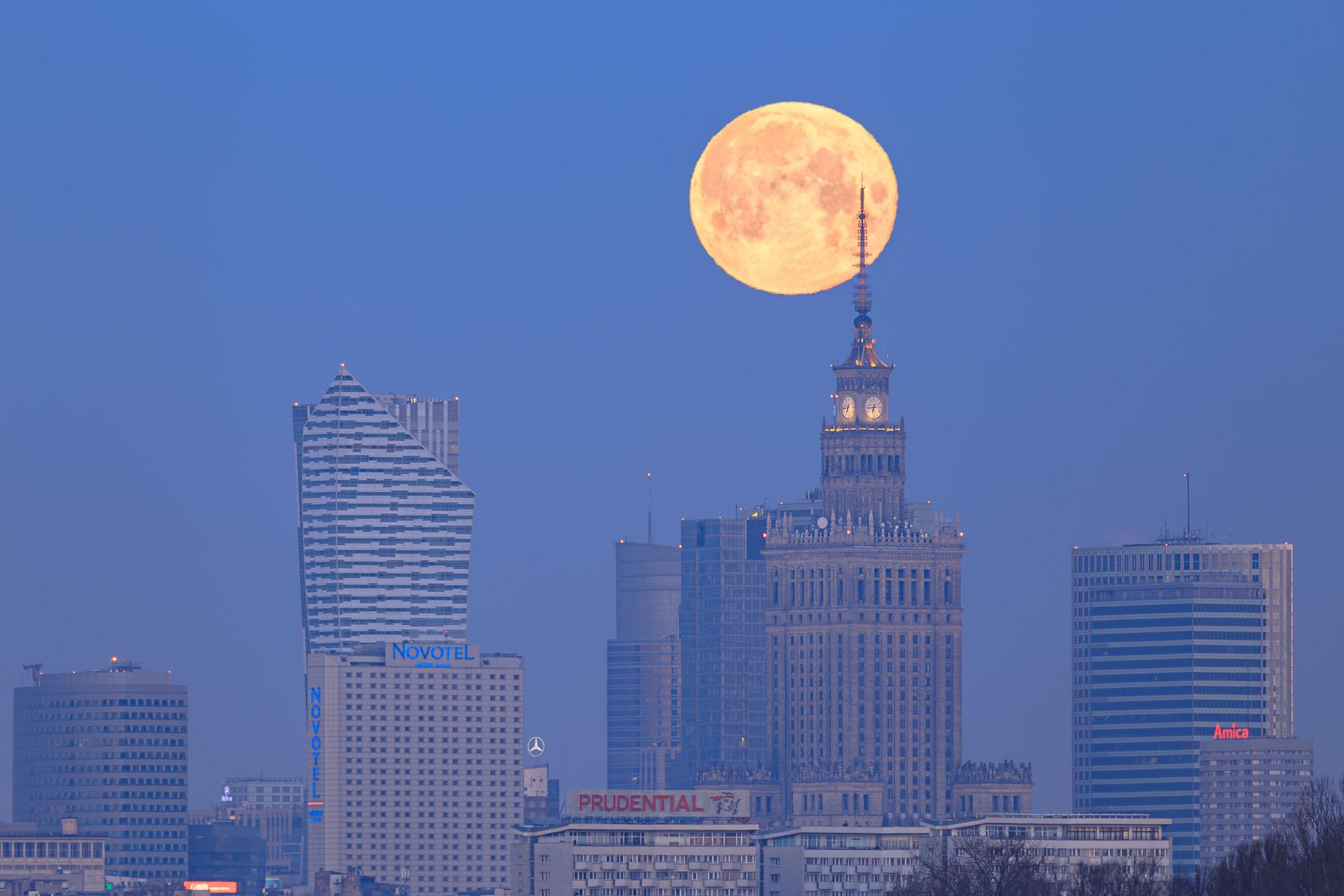 Zachód księżyca za iglicą PKiN . Iso 100; 600 mm; f/6,3, 1,0s