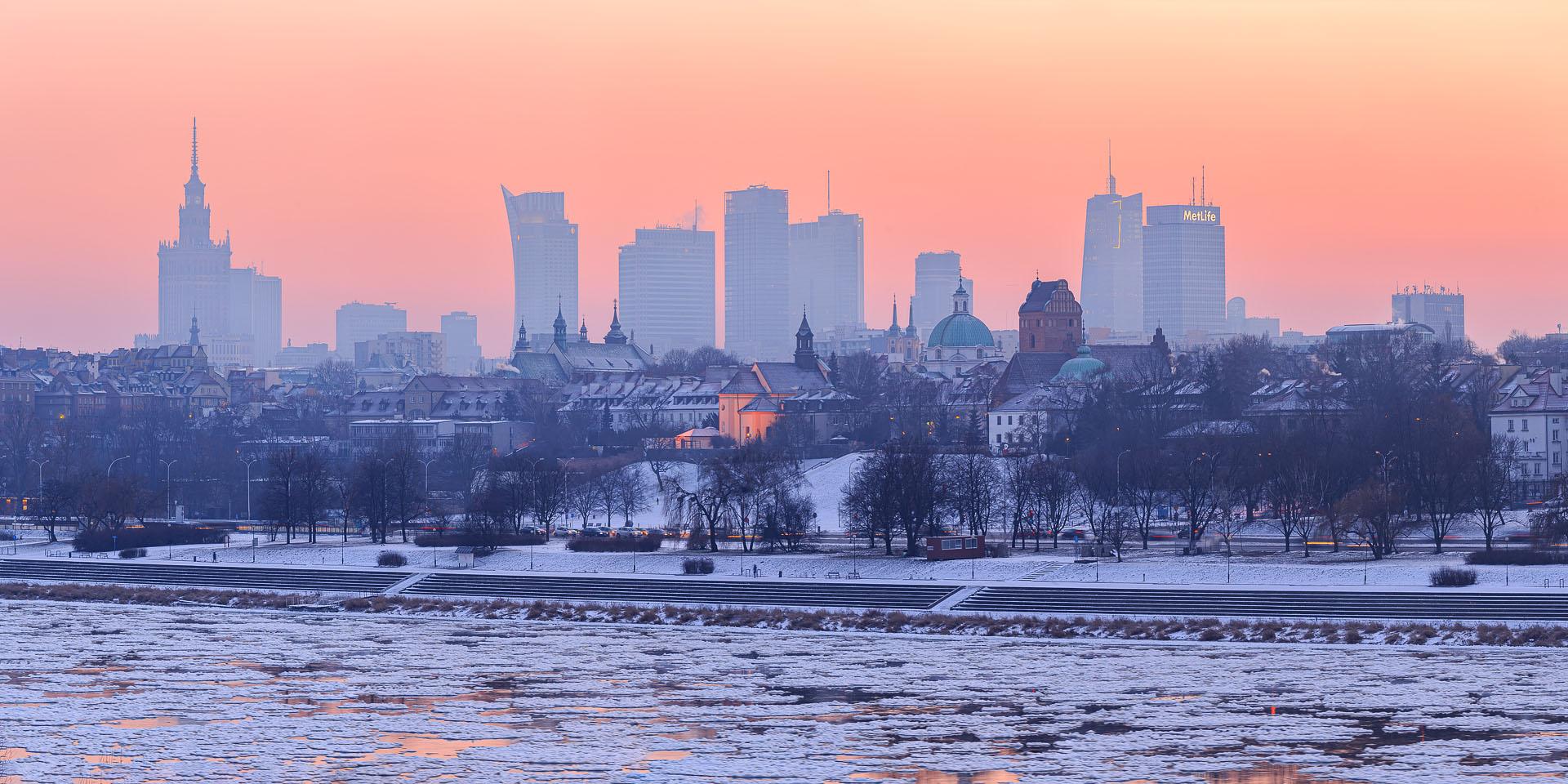 Zachód słońca z mostu gdańskiego. Iso 100; 205 mm; f/7,1; 1/4s panorama z 5 pionowych kadrów.