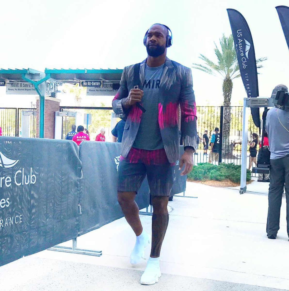 Marcedes Lewis arrives ahead of a Jags game.