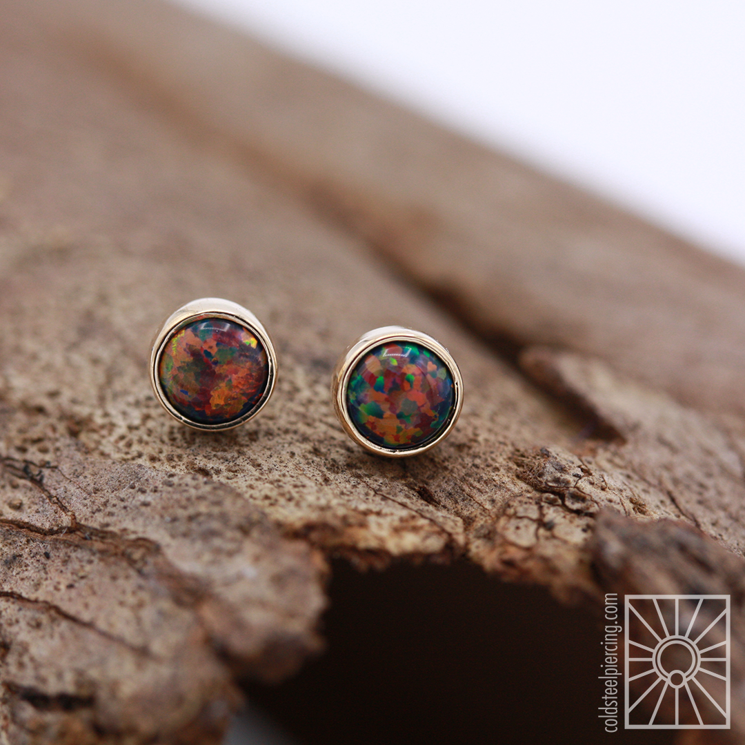 Another one of our favorite combinations: yellow gold and black opal! We love that the warmth of the gold really brings out the orange and yellow tones🔥 4mm threadless ends from the wonderful folks at Anatometal.