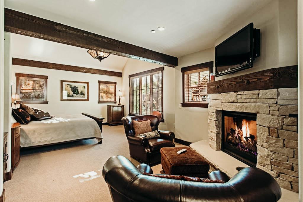 KING BEDROOM W/ EN SUITE BATHROOM$2,399 -