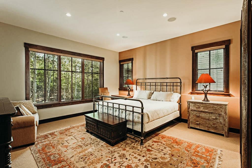 QUEEN BEDROOM W/ EN SUITE BATHROOM$2,199 -