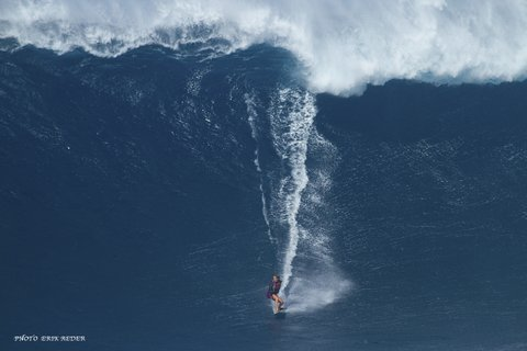 WOMEN WHO SURF - BETHANY AT PE'AHI