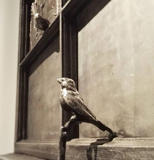 Kimmo Pyykkö, Ystävykset (1977) Pyykön vaikuttavat surrealistiset alumiiniveistokset komeilevat osana PAX-puhutaan rauhasta näyttelyä. Luontoaiheiset taidokkaasti tehdyt veistokset ovat kauniita ja harmoonisia. Ne kertovat moniuloitteista tarinaa, jossa katsoja pystyy itse olemaan osallisena nähdessään kuvajaisensa alumiinin peilimäisesti heijastavasta pinnasta.🐦 #kimmopyykkö #ystävykset #alumiiniveistos #veistos #kuvanveisto #alumiini #linnut #sculpture #artsimuseo #artsi #vantaantaidemuseo #kulttuuri #vantaa #myyrmäki #kulttuuriavantaalla #fineart #contemporaryart #finnishart #vantaaartmuseum @kulttuuria_vantaalla