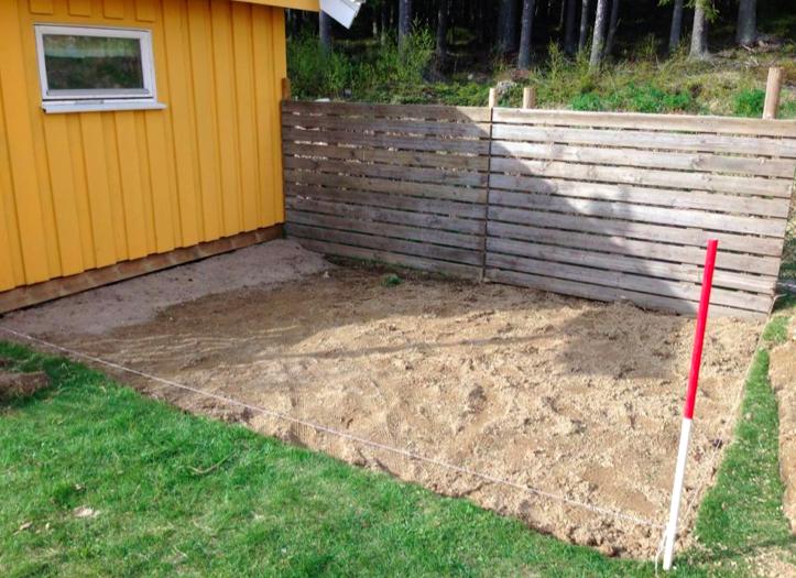 Her er det gravd for å legge netting under jorda. Etter at nettingen var på plass ble det lagt på jord og gress.  Foto: Elin Holm Kaiser