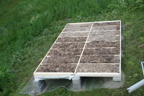 Det isoleres i gulv, tak og vegger.