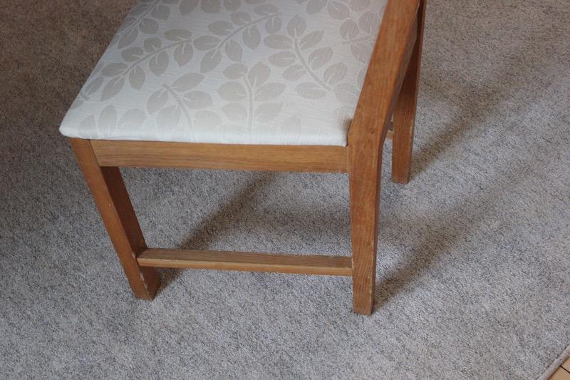 En stol som har fått gjennomgå. Det var Melis som spiste på den da hun var yngre, men nå har den fått stå i fred noen år. Jeg synes stolen har sjarm.Melis`egen signatur.