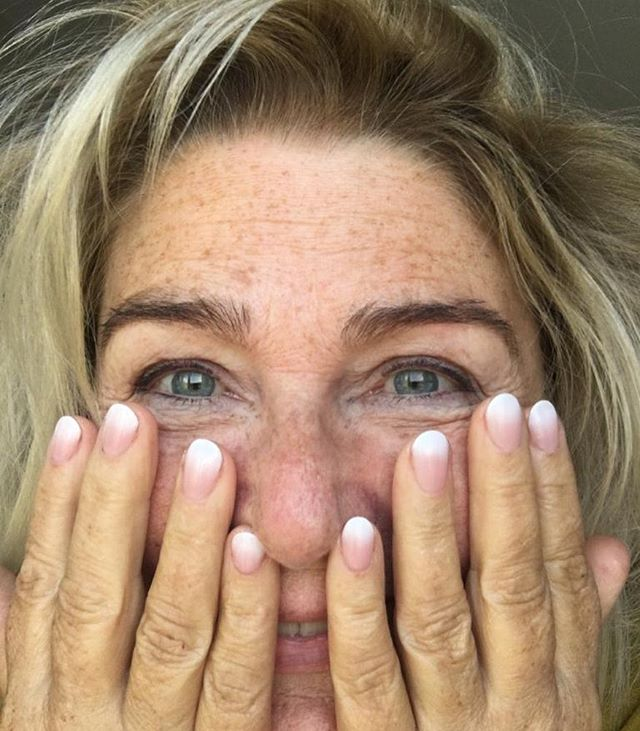 Sunday Morning Bed Head but holiday nail ready!☀️☀️☀️ . . . . #hombrenails #holidayready #bedhead #irishartist #sundaymorning #sundaybedhead #lovemynails #sunnymorning