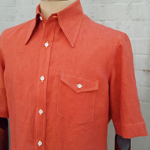 This shirt is made from a beautiful orange linen from @canclini1925. The fabric has a very relaxed drape, giving the shirt an almost boldly casual feel. To enhance this casual stylishness we chose bold 1970s style design details, such as the big pointed collar, neon orange thread, and a pocket flap with a point. The finished shirt is eye-catching and stylized, but not over the top. It perfectly fits the personality of the client it was made for.
