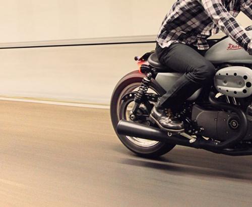 motorradhose-motorrad-bekleidung-kuerzen-reissverschluss-enger-weiter-teflon-leder-reparieren-flicken-atelierkartal-schneiderei-meinschneider-schweiz-textil-leder-aenderungsatelier