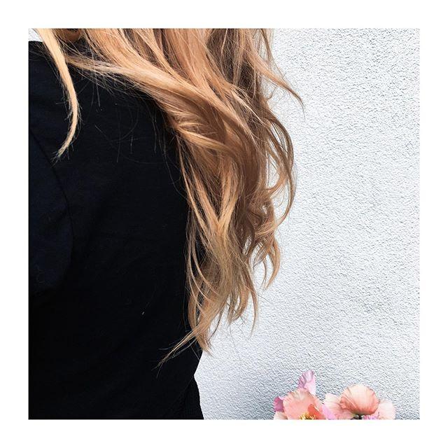 summerhair 🌸  #weworkbecausewelovethis #goodhairday #waveshair #blondhair #sunkissed #longhair #hairstyle #weloveourcrew #morethanjustahairdresser #sebastianhair #wellahair #sassoonhair #boastyle #boameilen #boastäfa #hairdresser #hairstylist #hairpassion
