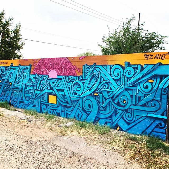 This piece was created by @breeze1phx during the Oak Street Alley Mural Festival! Can you make out what it says? Stop by and check it out! . #breeze #oakstreetalley #muralsofphoenix #phoenixmurals #phxmurals #azmurals #mural #murals #phoenix #phx #dtphx #az #arizona #art #arte #urbanart #publicart #streetart #phxart #phoenixart #artist #wallart #azculture #culture #graff #graffiti #nativeamericanart #rezalley