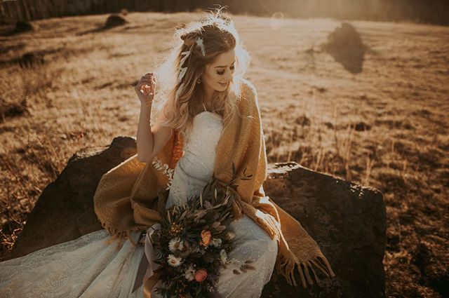 Oh hi. I'm just super duper excited over here!! Did you see the blog post I put up from this gorgeous boho bridal session?? If you haven't, I'd love for you to have a peek and tell me what you think!☺️💕 (Link in bio). The amazing team who helped make this happen.    Model @chloe.chapdelaine  MUA @eyecandibeauty  Florist @blackearthfloral  Photographer @aylalovephoto