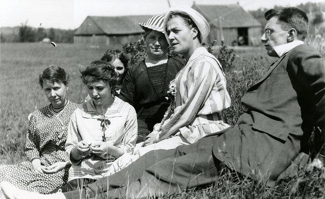 Family in Ontario circa 1918 via Gerry Lauzon @ Flickr