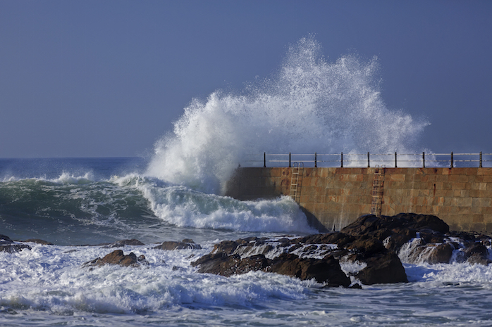 The wind whips up big waves ©iStock
