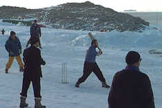In summer, Australians play cricket... even in Antarctica! This is Casey Base. ©Getty Images