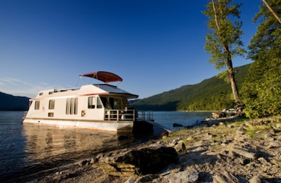 Houseboat on a lake ©Getty Images