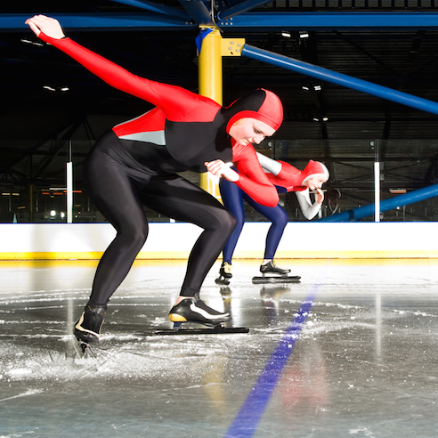 Only two speed skaters compete at the same time. © Getty Images