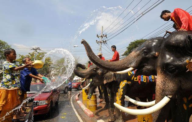 Songkran festivities involve water fights! ©Getty