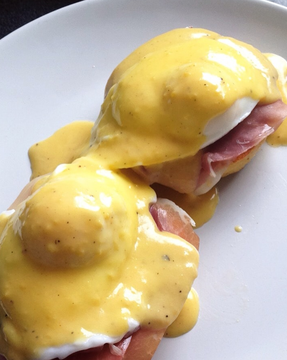 Keto Eggs Benedict by @PaleoLifestyleUK