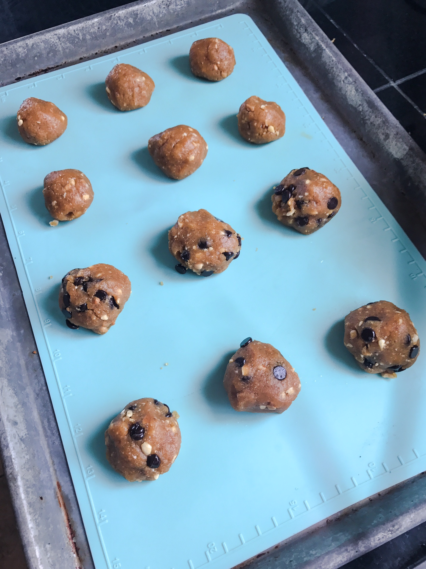 KETO RECIPE: CHOCOLATE CHIP PEANUT BUTTER COOKIES by Jen Fisch via Keto In The City