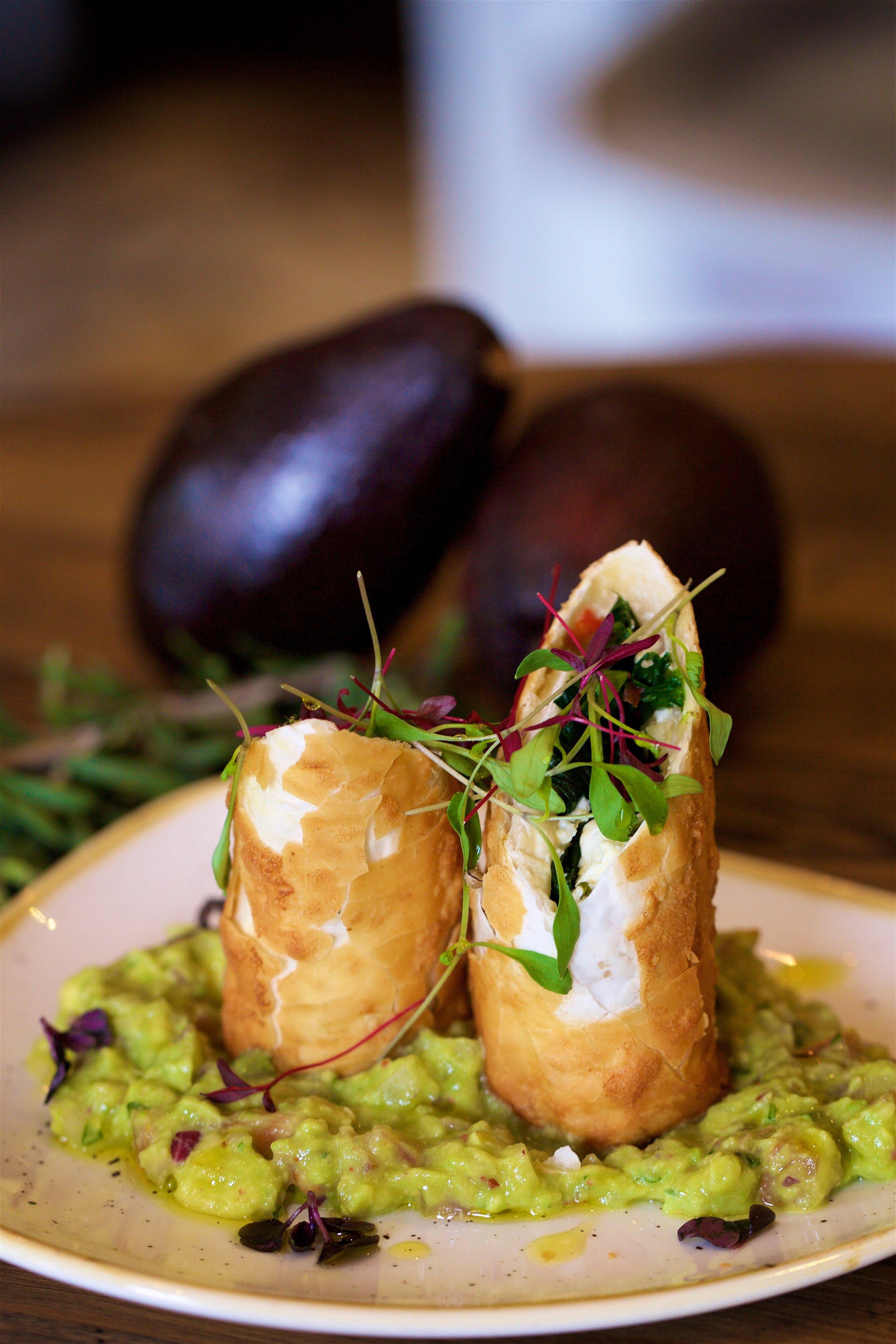 ROLLO DE ESPINACAS - Fillopastry roll spinach, onion, chillies, feta cheese, guacamole
