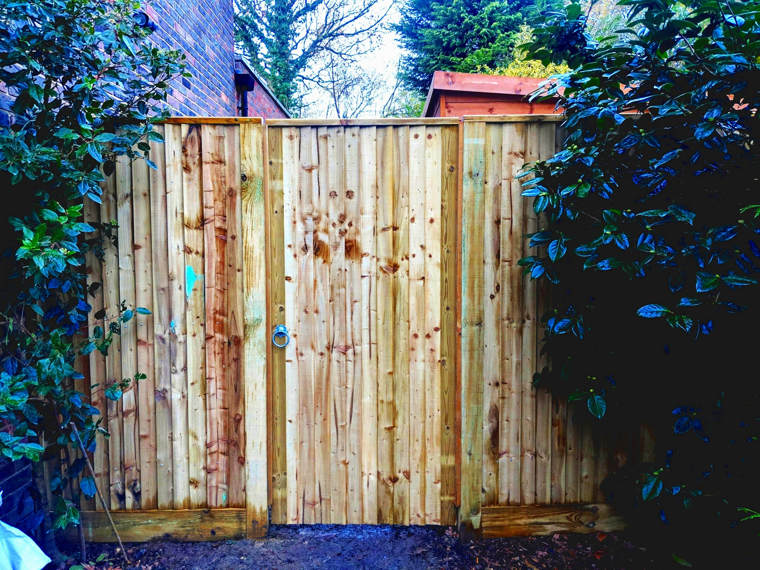 Closeboard side gate with capping