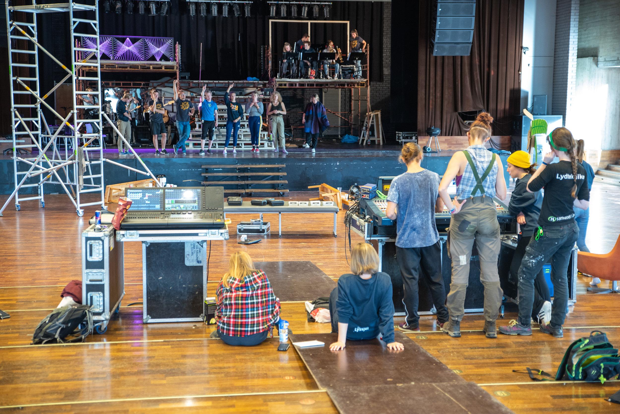 Revygjengen gjør seg klare til premiere torsdag 4.10! Foto: UKA i Ås.