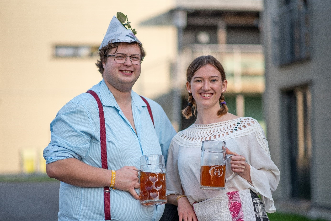 Thorvald og Tora er alltid klare for oktoberfest – i heimelaga kostymer