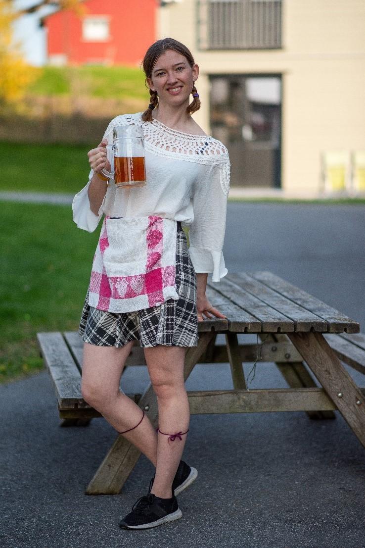 Skjørt og bluse kan òg brukast om ein ikkje har kjole. Knehøge strømper blir ekstra fine med strømpeband.