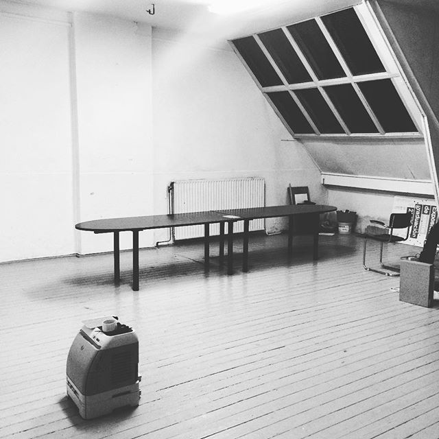 Bye bye bizar zeldzame fijne grote lichte zolder studio in hartje Amsterdam. Na ruim 8 jaar spullen gepakt. Op naar een mooie plek in Amsterdam oost! 📦📦📦 . #verhuizen #moving #studio #werkplek #graphicdesign #detoverfluit #zolder